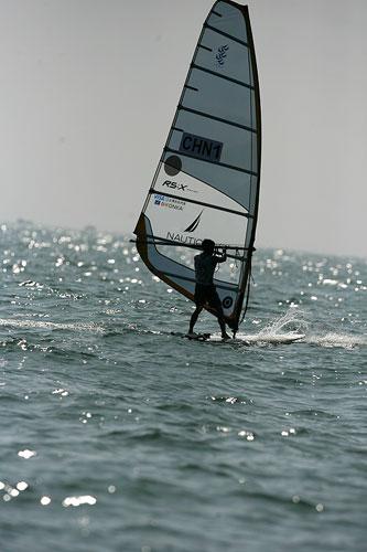 图文:青岛国际帆船赛第七天 中国选手周元国
