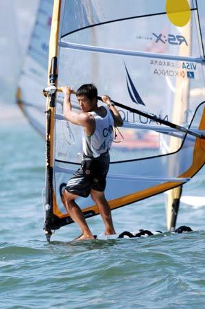 图文:青岛国际帆船赛男子帆板 中国周元国领先