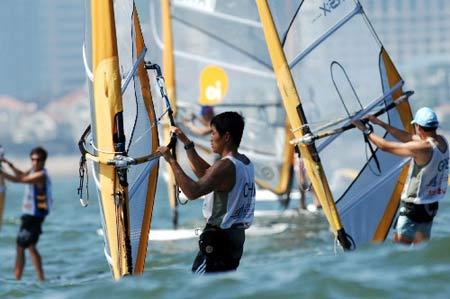 图文:青岛国际帆船赛男子帆板 周元国在比赛中