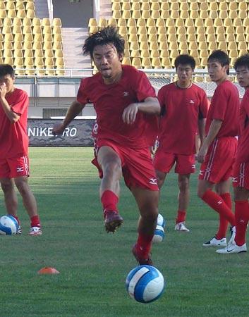 图文:山东青岛备战齐鲁德比 青岛队员积极训练