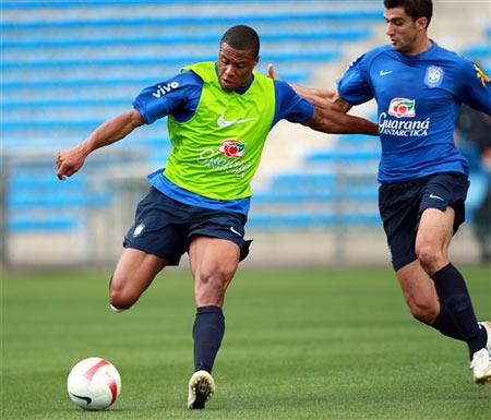 图文:巴西队法国备战友谊赛 罗比尼奥大力射门