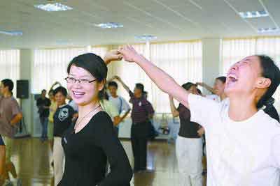 来自全市各中小学的老师参加集体舞培训 商报记者丁洁摄