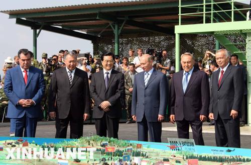 胡锦涛主席和各国元首在军演前听取汇报