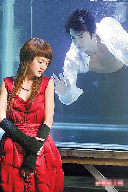 """""""杨丞琳(左)站在水缸外,与水缸内的男主角谈情说爱。"""""""