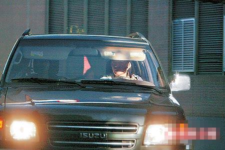 戴立忍(右)在车上抽烟不开窗,让女友在一旁抽二手烟