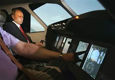 8月21日,俄罗斯总统普京试乘新式飞机。