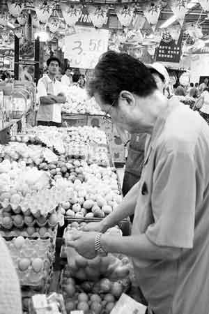 物价上涨让四成市民明显感觉到生活压力 商报记者陈亮摄
