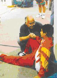 1996年,何振梁安慰赛后身体不适的王义夫。
