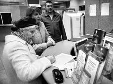 越来越多的俄罗斯人把原来储存的美元换成了大面额的卢布