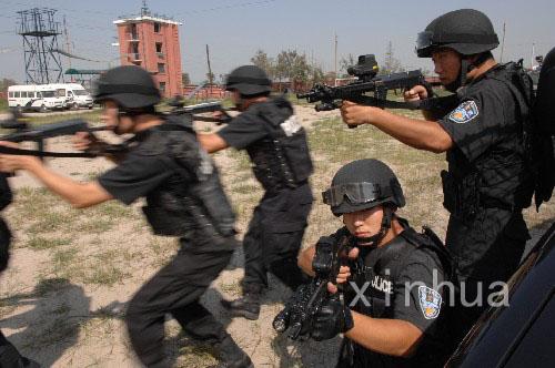 全副武装的特警队员正在进行战术配合演练
