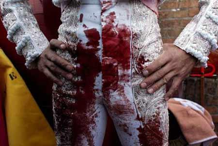 斗牛士的裤子上血迹斑斑