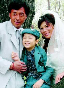 文全家拍了一张全家福,三口人脸上都洋溢着幸福的笑容.-白血病男