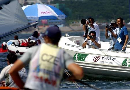 图文:青帆赛展开海上