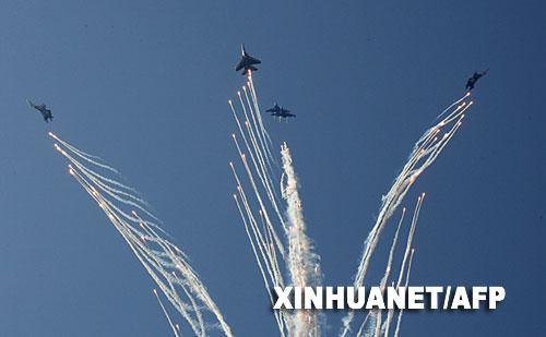 俄空军飞行表演队进行表演