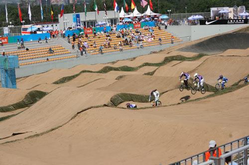 图文:小轮车世界杯昨日结束 在颠簸的赛道上