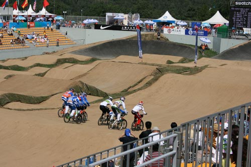 图文:小轮车世界杯昨日结束 崎岖不平的赛道