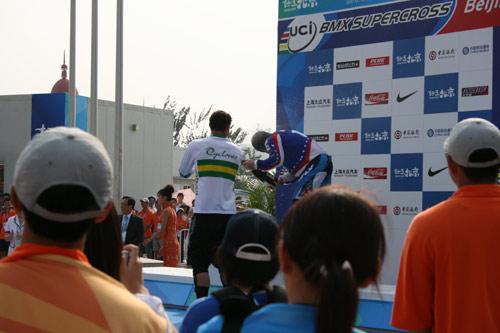 图文:小轮车世界杯昨日结束 车手们狂欢的一刻
