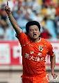图文:[中超]山东4-0青岛 大羽庆祝进球
