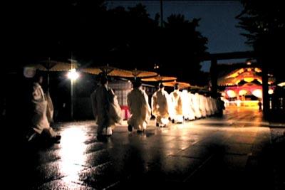 """""""靖国神社是天皇的神社,神社里现在还进行招魂仪式,这是日本文化的一个秘密。"""""""