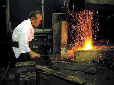 """92岁的刀匠刈谷直治在影片里制作了他最后一把""""靖国刀"""",他也是日本最后一位制作""""靖国刀""""的匠人。战争时期,他所在的位于靖国神社内的日本刀作坊制作了8100把""""靖国刀"""",主要送往中国大陆战场"""