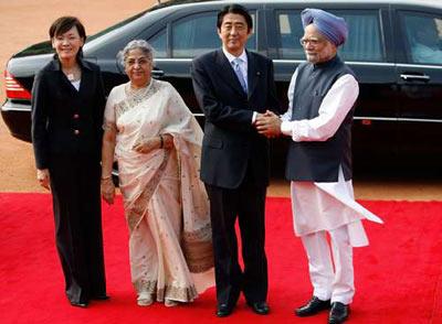 中国 辛格/印度总理辛格(右一)22日欢迎到访的日本首相安倍晋三(右二)...