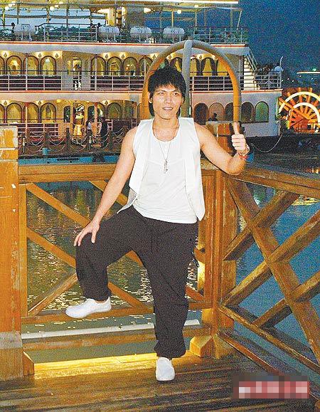 杨宗纬昨到淡水关渡搭游轮唱情歌。