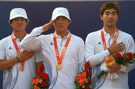 图文:07国际射箭男团比赛落幕 向韩国军旗敬礼