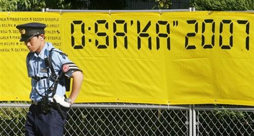 图文:田径世锦赛主体育场 站在横幅前的保安