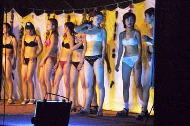电影院时 发现门前立着的巨幅广告牌上全是三点美女