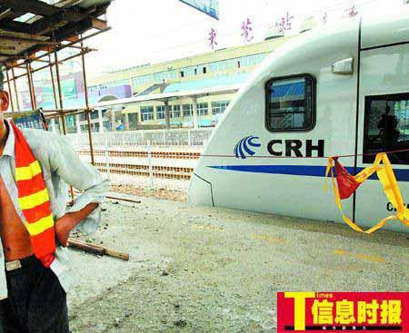 据目击者说,当时事发列车就停在此处,10分钟后离开。