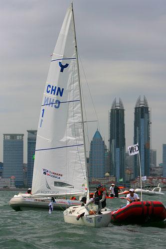 图文:青岛帆船赛落幕 中国选手与教练船交流