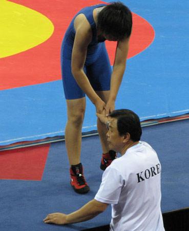 图文:世界青年摔跤女子自由式 与韩国教练握手