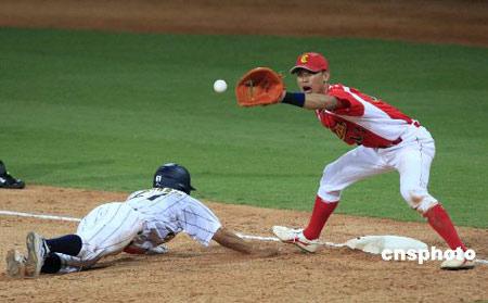 国际棒球邀请赛决赛中国队(红)和日本队。中新社发杜洋 摄