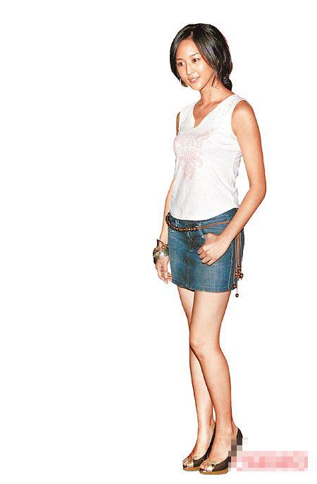 张钧宁穿短裙,展现健康的肤色。
