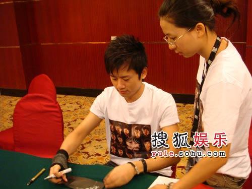张杰在为粉丝签名