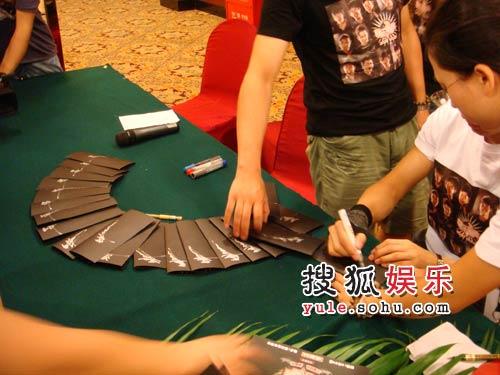 张杰正在签名