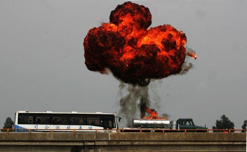 一大客车与油罐车发生追尾,引起爆炸。