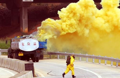一辆装载液氯的汽车与停在路边修理货车相撞,造成液氯泄漏。