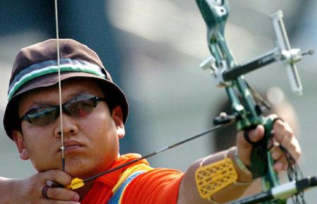 图文:国际射箭比赛男子个人淘汰赛 目标把心