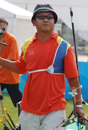 图文:国际射箭比赛男子个人淘汰赛 欣然面对