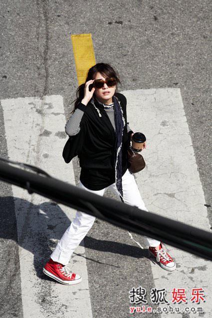 图:赵薇精美写真-街头喝咖啡(2)