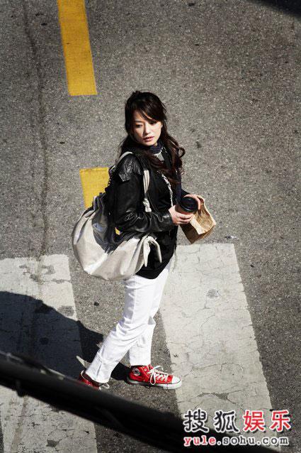 图:赵薇精美写真-街头喝咖啡(3)