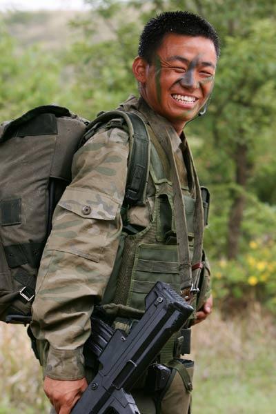 许三多的扮演者王宝强,是《士兵突击》中唯一的知名演员