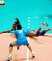 图文:中国女排3-2力克意大利 意大利倒地救球