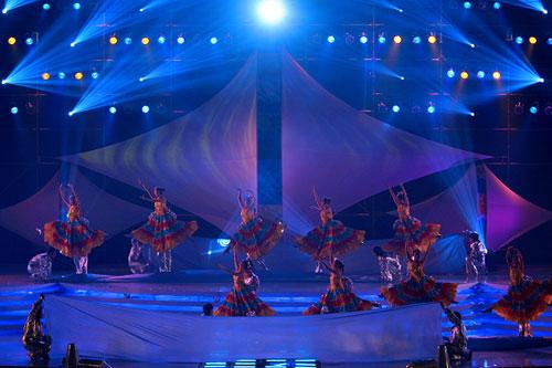 图文:2007青帆赛闭幕式 谢幕舞蹈吸引观众