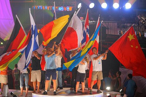 图文:2007青帆赛闭幕式 各国运动员出场