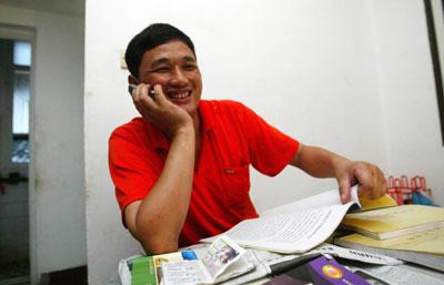 """昨日,""""高考王""""曹湘凡在蔡锷北路的租住屋里,正用手机向朋友们报喜。陈飞  摄"""