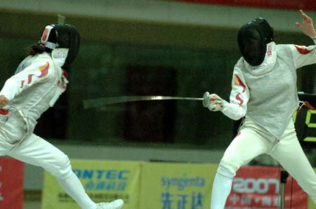 图文:亚洲击剑锦标赛 张蕾在决赛中刺中对手