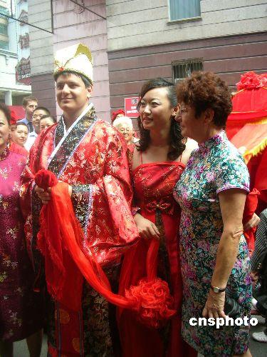 图文:老外以中国古典婚礼仪式迎娶新娘图片