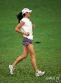 图文:伊辛巴耶娃大阪首次训练 轻松跑步做热身